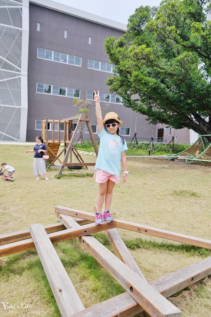 台南免費新景點【台江文化中心】繽紛巨型椅x戶外親子遊戲場~還有圖書館和咖啡 - yukiblog.tw