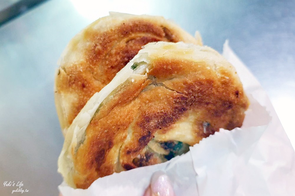基隆美食》周家蔥油餅~50年老店,一個17元外酥內嫩,排隊銅板小吃! - yukiblog.tw