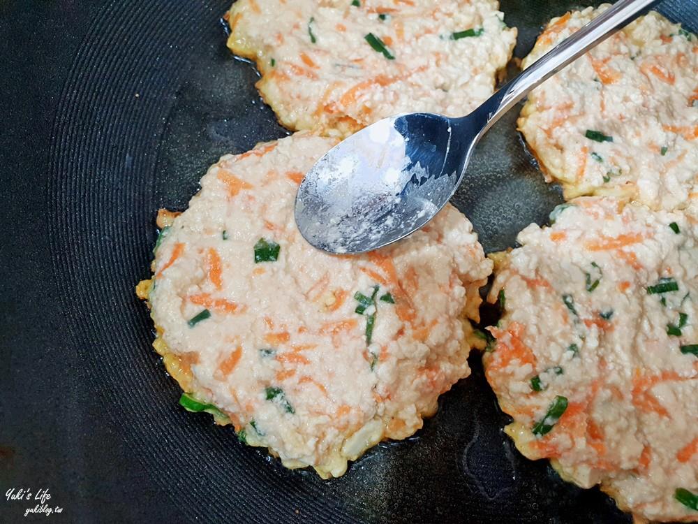 簡單食譜》豆腐煎餅作法比例~一塊豆腐加紅蘿蔔,超酥脆粉漿一定要學! - yukiblog.tw