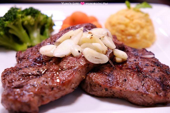 板橋美食【鐵牛原味碳烤牛排】平價鮮嫩多汁牛肉大口吃! 櫻桃鴨、雞排、豬排都讓人滿意!