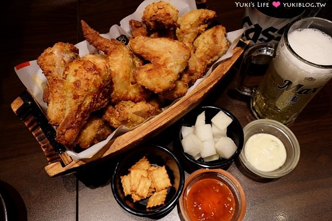 韩国首尔自由行【Oppadak炸鸡/欧霸鸡】用一艘竹船来装、大家都用叉子吃