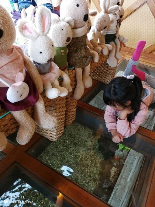 苗栗景點【青松自在】親子景觀餐廳 砂糖兔主題透明魚池座位×戶外庭院沙坑親子好去處 - yukiblog.tw