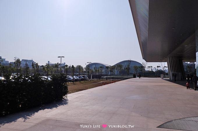 高雄景點【高雄市立圖書館總館】超熱門上網地點、穿透性最高、書與樹的明亮中庭綠建築圖書館 - yukiblog.tw