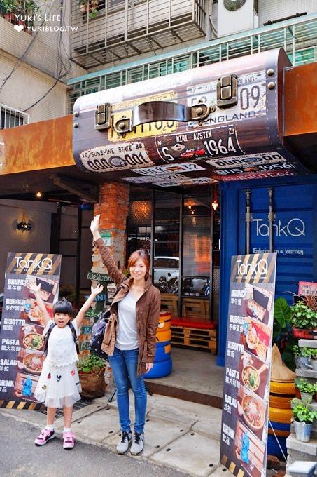 台北松菸周邊打卡美食【TankQ Cafe & Bar】行李箱早午餐二店×門口就是超大手提箱×女孩拍照約會好去處@捷運市政府站美食